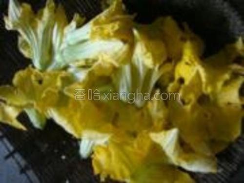 南瓜花去除里面的花蕊,洗净备用。