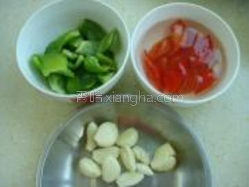 青椒,蒜瓣去皮;红椒去白筋切块用清水泡一会儿去除辣味。