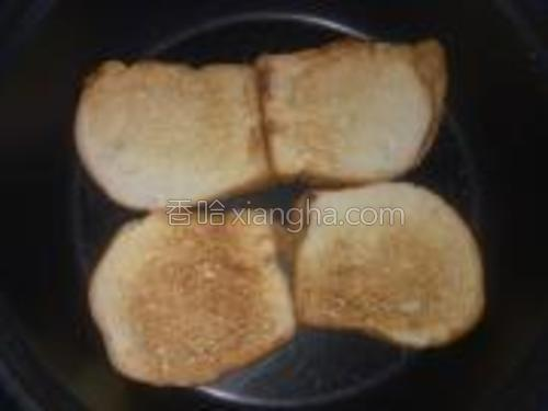 先把平底锅烧热蛋糕店里买来的切片面包扔进锅里即可不需要放油然后一定用小火烙小心别糊了。