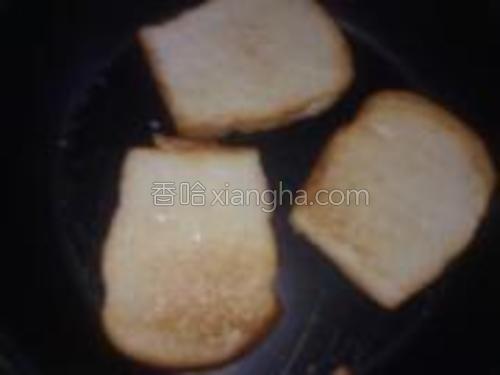 面包两面金黄后就可以出锅了我在锅里涂了炼乳吼吼~~老公喜欢吃这种而我喜欢出锅后沾着炼乳吃~~。