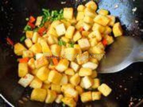 将炒好的馒头丁倒进去和菜混合后,翻炒两下,使馒头丁入味后就可以关火了。