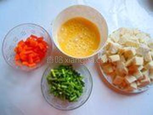 处理食材,胡萝卜和蒜苔洗净切成小丁,馒头切成一厘米左右的块状,鸡蛋加几滴香醋打散。