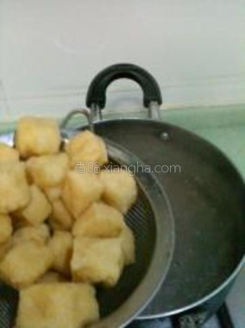 豆腐泡先用温水冲泡一下,再沥水下锅。