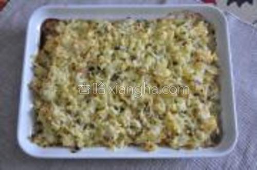 最后土豆泥上撒上奶酪。撒满也好,不撒满也好,自己喜欢就好。放入预热好的烤箱,200度,20分钟。即可。