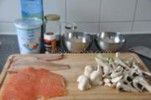 材料一览。左边下面是熏三文鱼。左上是熏鳟鱼。蒜切末,葱切圈。盐水沸腾后放入土豆,煮15分钟。