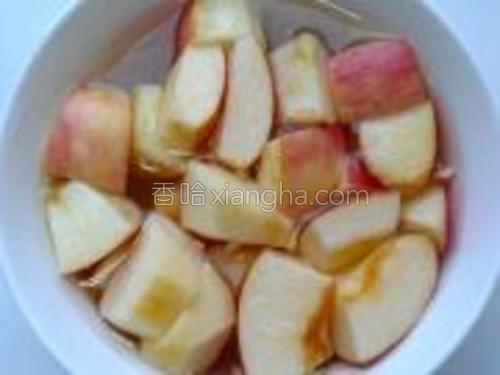 将苹果洗净去核切成小块,泡在水里以免变黑。