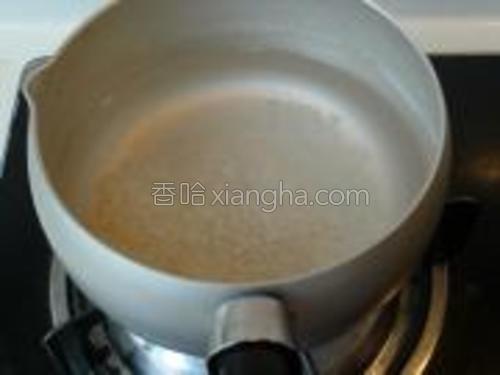 锅内水煮开后,放入大米和糯米。