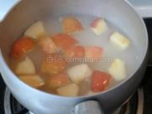 煮至八成熟放入苹果。