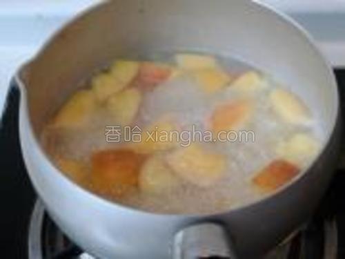 直至米粥粘稠,苹果煮熟。