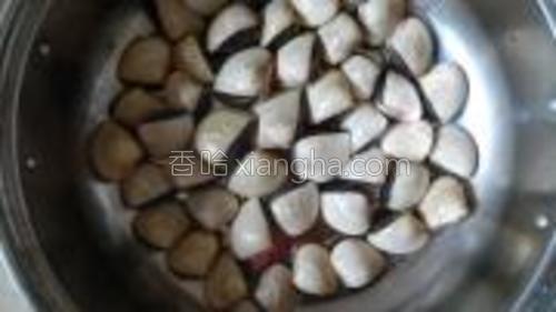 把蛤蜊洗干净备用,我喜欢选择买白色的蛤蜊,白色的蛤蜊煮时候容易打开,颜色比较漂亮。