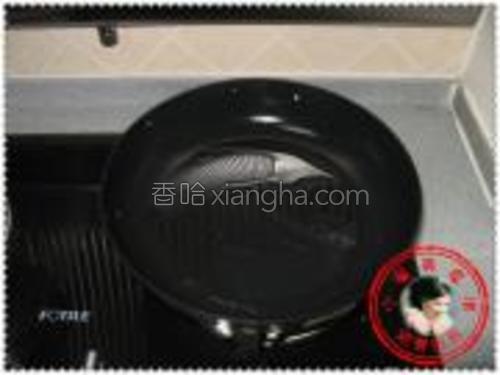 平底锅内倒入油,然后转一下锅,让锅底能够均匀的沾上油。
