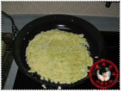 油烧至五成热的时候,放一勺调好的面糊倒进锅里,快速的摊平。
