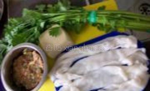 原料:猪肠粉硬豆腐芹菜<br/>腌制肉片:酱油蚝油盐鸡精粉淀粉。