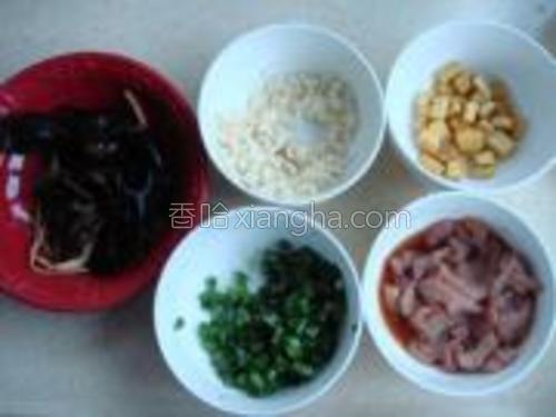 材料:木耳、黄花菜、肉片、葱花、蒜末。<br/><br/>(肉片提前用料酒、酱油腌制20分钟)
