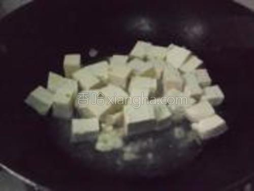 再倒入鸡汤盖上锅盖焖煮几分钟,让豆腐入味