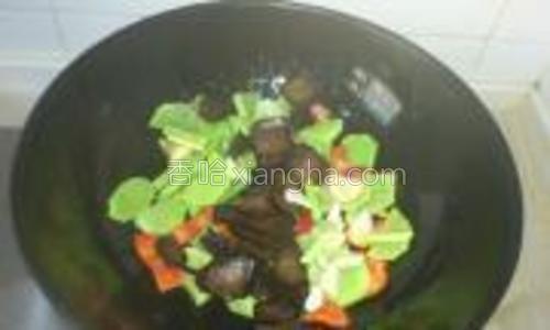 锅中放油,放入青笋片,放腊肉、少量生抽、咸盐、味精。快速翻炒,淋少许明油出锅。