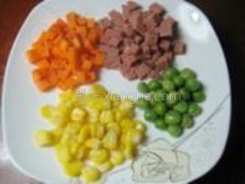 准备玉米粒、青豆,另胡萝卜和火腿肠切丁。