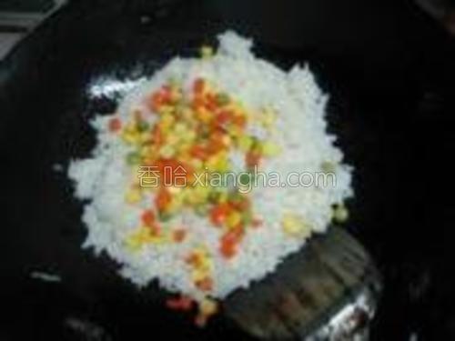 再加入玉米、青豆、胡萝卜,翻炒均匀。