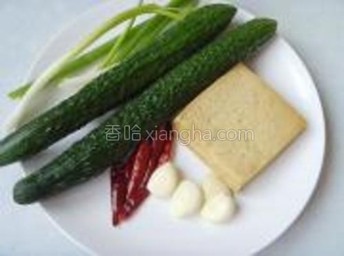 主料:豆干<br/>辅料:黄瓜、香葱<br/>调味:干辣椒、大蒜、香醋、鸡粉、盐、生抽、花椒。