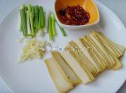 香葱洗净切段、蒜切末、干辣椒切段与花椒制成辣椒油备用。
