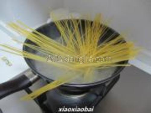 将面放入已经沸水的锅中,5分钟后加入少许盐及一茶匙橄榄油,这样会使面更爽口。