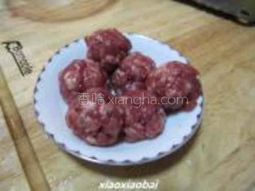 把牛肉切末,加少许盐与橄榄油调味,用手捏出丸子状。注意要捏紧,不然炸出来后丸子容易散开。