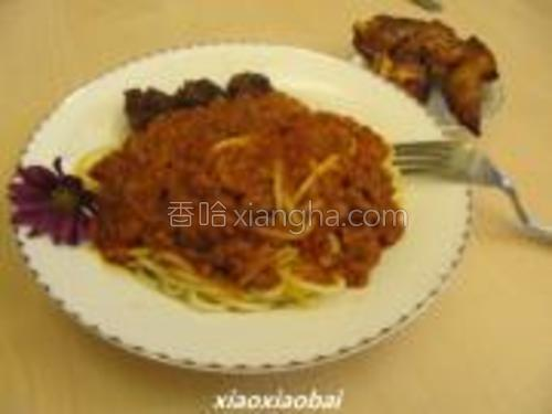 意大利面装盘,面酱起锅直接浇在面上,炸好的丸子摆盘,香喷喷的意大利牛肉丸子面就做好了!