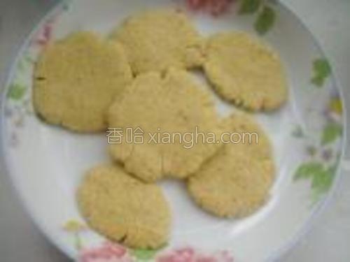 将面团揪成小团,在手掌内拍成小饼。