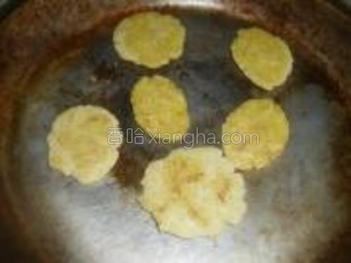 平底锅倒入适量食用油,轻轻晃动锅,使其布满锅面,将玉米饼小火煎熟即可。
