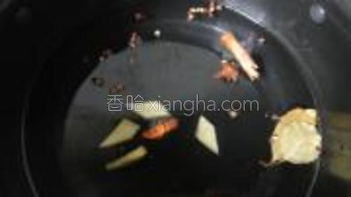 汤锅里放入适量的水,加入配料。