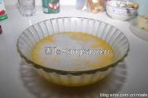加入椰浆和细砂糖,并搅拌均匀;倒入融化的黄油,搅拌均匀;最后加入椰丝,拌匀;<br/>4、静置30分钟以上