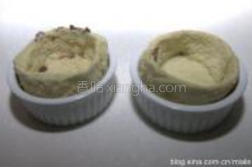 在盅里抹上黄油,将造型好的面包片装在小盅里;
