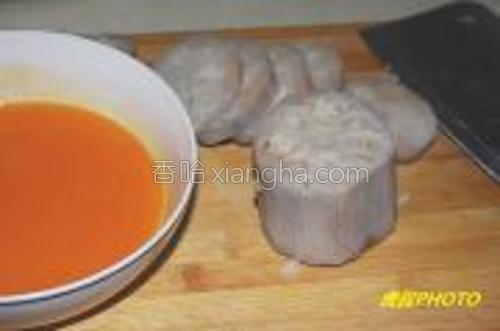 上锅蒸30分钟,取出凉冷后切0.6厘米厚的片,果珍加少许糖稀(直接加水也可以),进微波炉转2分钟,把切好多藕片放进去腌。