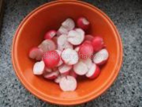 将洗净的小红萝卜切成二半,用刀背压碎。