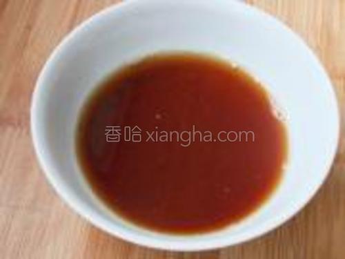 另用小碗调制醋汁。将醋、生抽、糖以4:1:2的比例调制好醋汁。