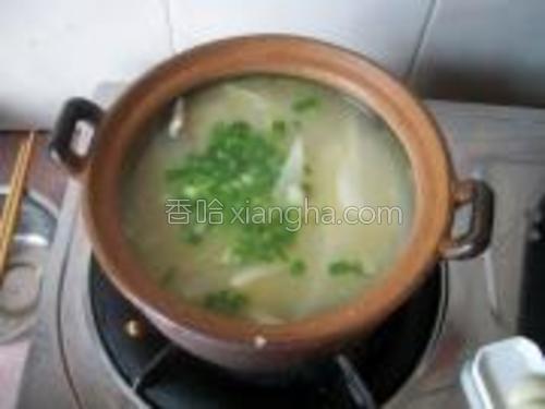 转入砂锅,小火煲至汤汁奶白色,出锅时放盐和葱花即可。