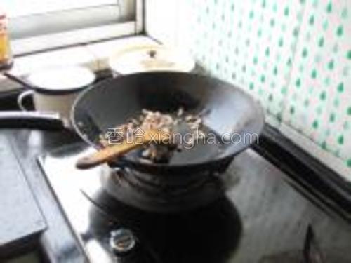 锅内放入食用油烧热,放入腊肠翻炒均匀。
