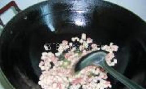 热锅凉油下肉丁翻炒,小火把五花肉中的油脂煸炒出来。