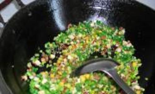 依次下入焯过水的豆角丁,蒜薹丁,豆干丁,香芹丁,玉米粒。煸炒2分钟放入盐,胡椒。出锅装盘即可。