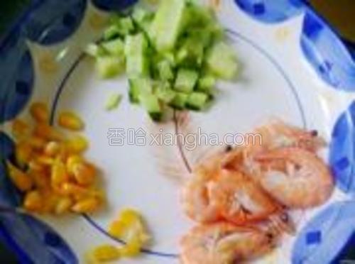 黄瓜切小粒,大虾清水煮熟,收拾好,玉米同样煮熟取下玉米