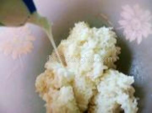 米饭撒入少许盐,倒入酸奶