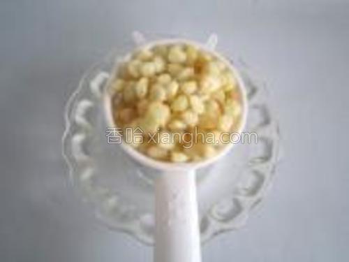 捞出玉米粒,沥干水分。