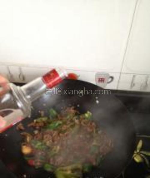 放入大肠倒入白酒因为卤制大肠的时候已经有些盐了所以稍微放点盐生抽鸡精加点水。