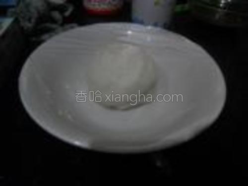 面和好揉成团放碗里保鲜膜封住醒半个小时。然后洗韭菜,洗好切末,鸡蛋打散,热油放鸡蛋,马上用筷子不断的搅,就会很碎了,盛出备用。