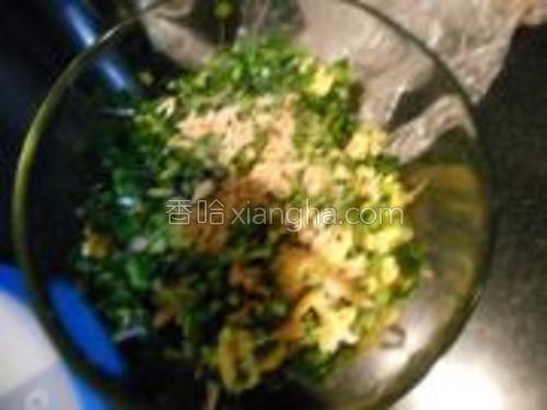 然后韭菜和鸡蛋放一起,放入盐,鸡精,香油,食用油,虾米,都适量,一起搅匀。