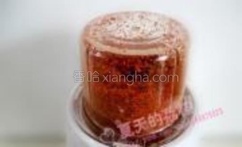 炒好的干红椒盛出放凉,用搅拌机打碎,可以打成粉末,也可以打成辣椒面;