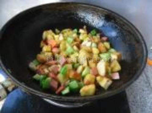 放入备用的土豆丁和馒头丁。