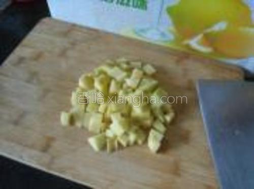 土豆切丁。