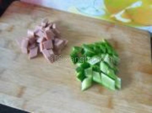 把牛肉肠和黄瓜切丁。