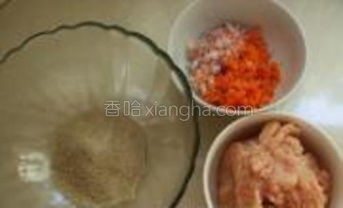把鸡肉剁碎,洋葱和胡萝卜切丁。